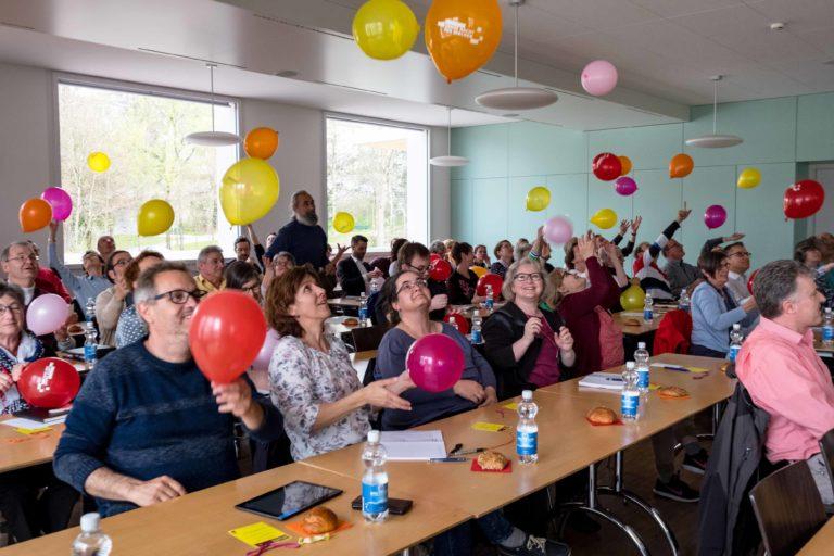 Viele Ballone machen das Bild bunt: An der Startveranstaltung zur «Langen Nacht der Kirchen» 2020 vom 3. April. Ballone und die Farben Rot, Orange und Gelb gehören zum Erscheinungsbild der Kirchennacht. | © 2019 Gregor Gander